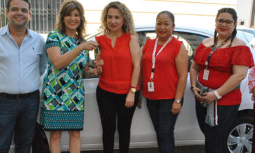 Recibe Presidenta Municipal vehículo donado por la Cadena Comercial OXXO