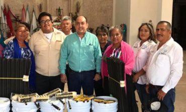 Hace entrega Secretario Miguel Angel Vega de material para festejos