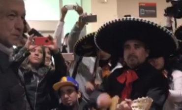Con mariachi y 'El Son de la Negra' reciben a AMLO en Durango