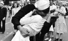 Muere el legendario 'marinero besucón' de Times Square