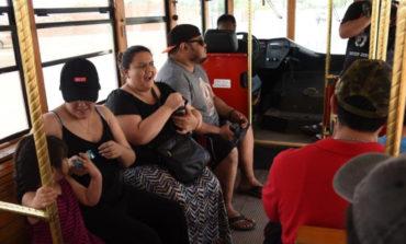 Disfrutan vacacionistas de Bahía de Kino recorrido en Trolebús