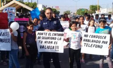 Estudiantes de educación vial desfilan por la ciudad con mensajes preventivos y de concientización
