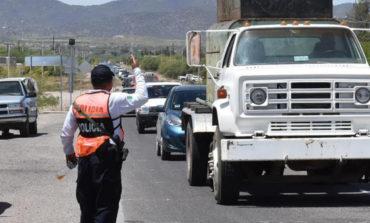 Colaboran servidores públicos municipales con volanteo entre vacacionistas