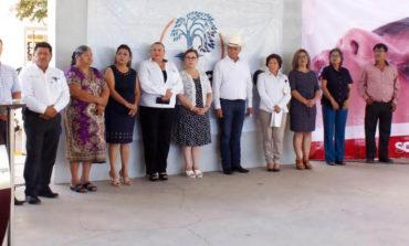 Presidente Ramón Díaz entrega tejaban en la esc prim Club de Leones