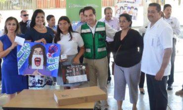 """Entrega Alcaldesa Reconocimientos a Alumnos Ganadores del Concurso Plasmando """"Trazos Por La Legalidad"""""""