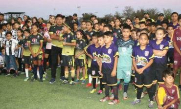 Ayuntamiento apoya con trofeos en la premiación de liga escolar de futbol