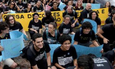 Miles marchan de negro en Brasil contra Bolsonaro