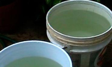 Personal del OOMAPAS entrega agua en pipas en la Colonia Allende