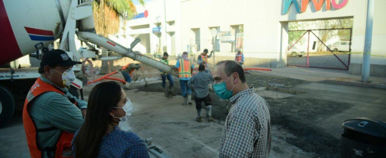 Alcaldesa Celida López supervisa detalles finales de pavimentación con concreto hidráulico en la calle Matamoros