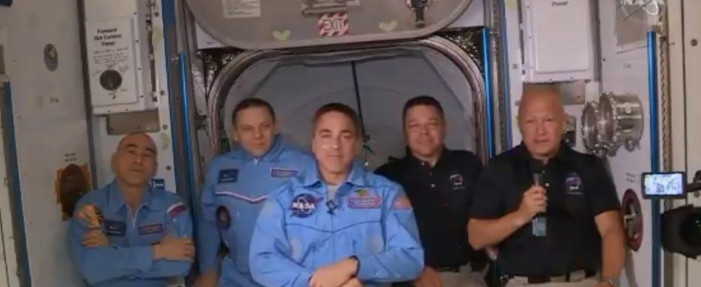 Astronautas de la NASA son recibidos con abrazos en la Estación Espacial Internacional