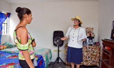 Entrega alcaldesa cuarto dormitorio en Chivucú, Tesia.